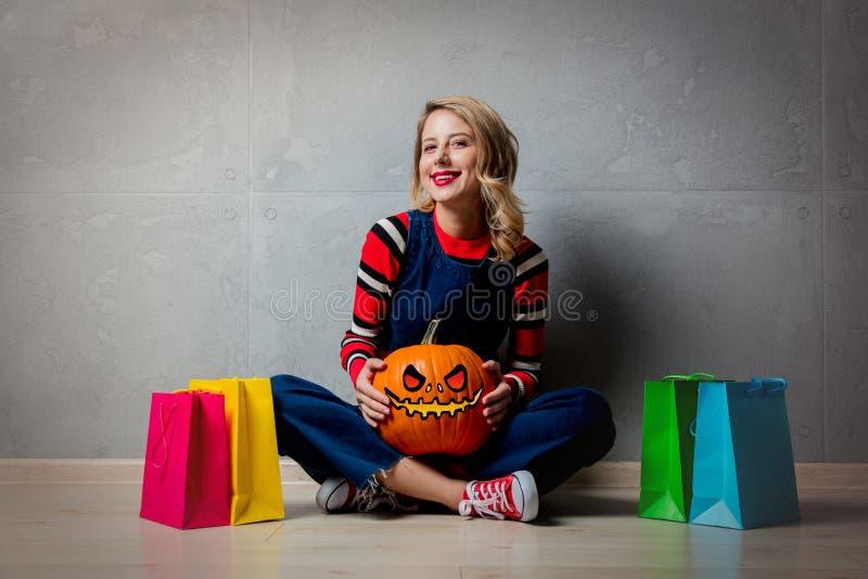 Fille avec les paniers et le potiron de Halloween photos stock