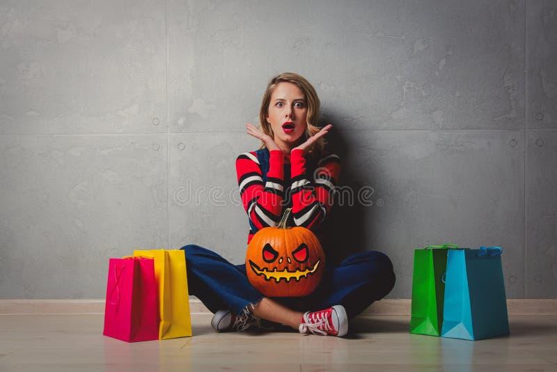 Fille avec les paniers et le potiron de Halloween photographie stock libre de droits