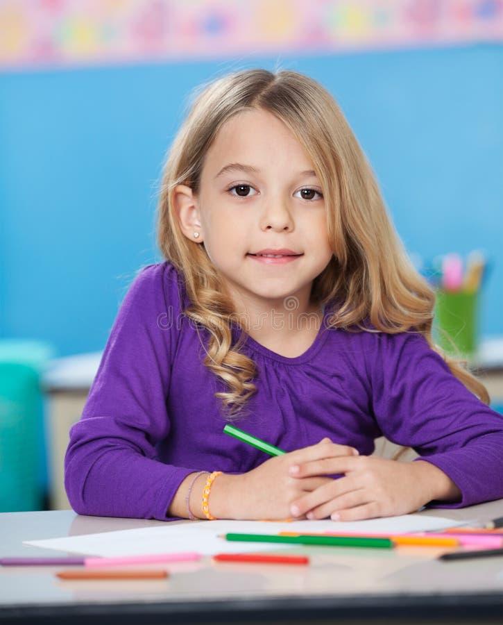 Fille avec les stylos colorés de croquis et papier au bureau photos libres de droits