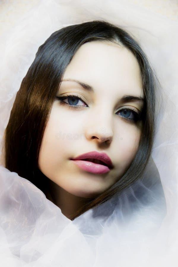 Fille avec les yeux bleu fonc dans une charpe en soie photo stock image du femme vertical - Yeux bleu fonce ...