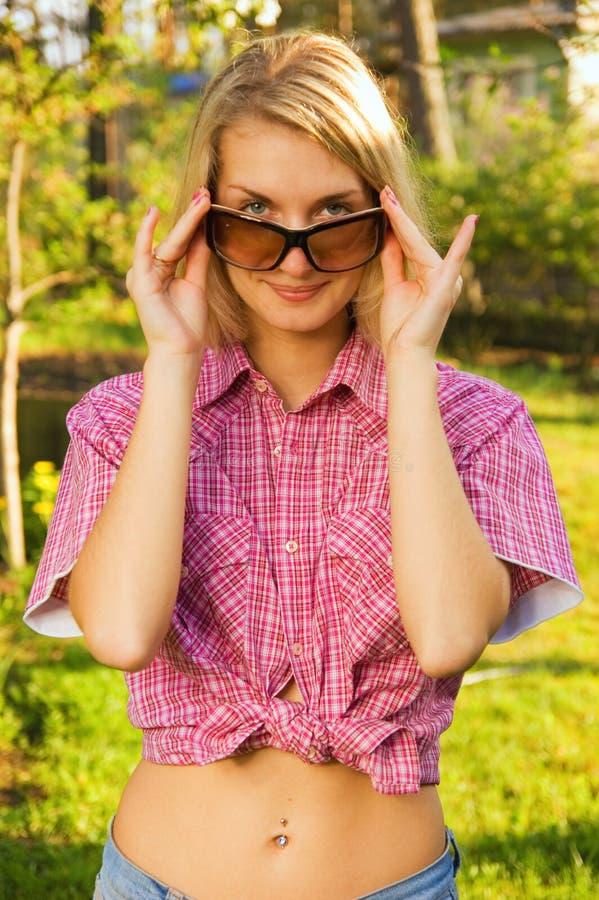 Fille avec lunettes de soleil image stock