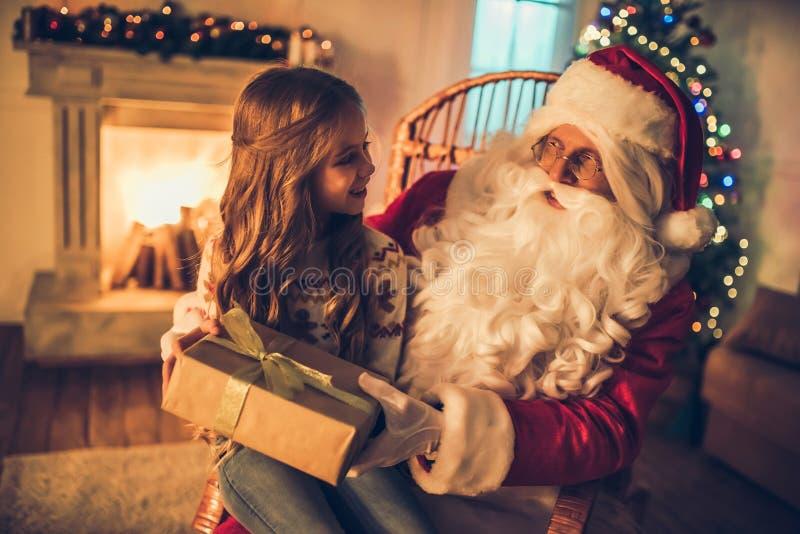 Fille avec Santa Claus image stock