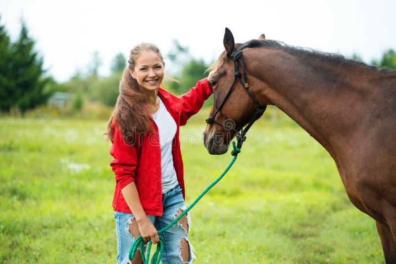 Fille avec son cheval images libres de droits