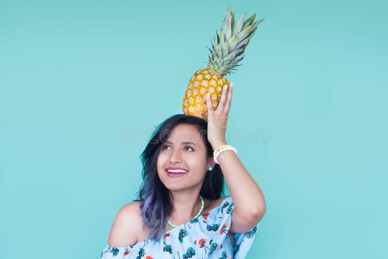 Fille avec un ananas sur sa tête photos libres de droits