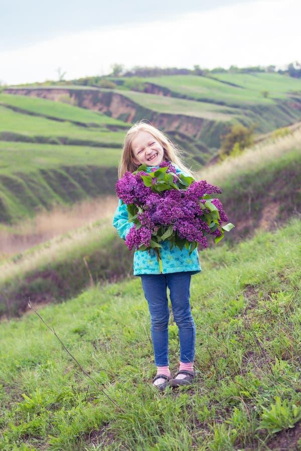 Fille avec un bouquet des lilas photo libre de droits
