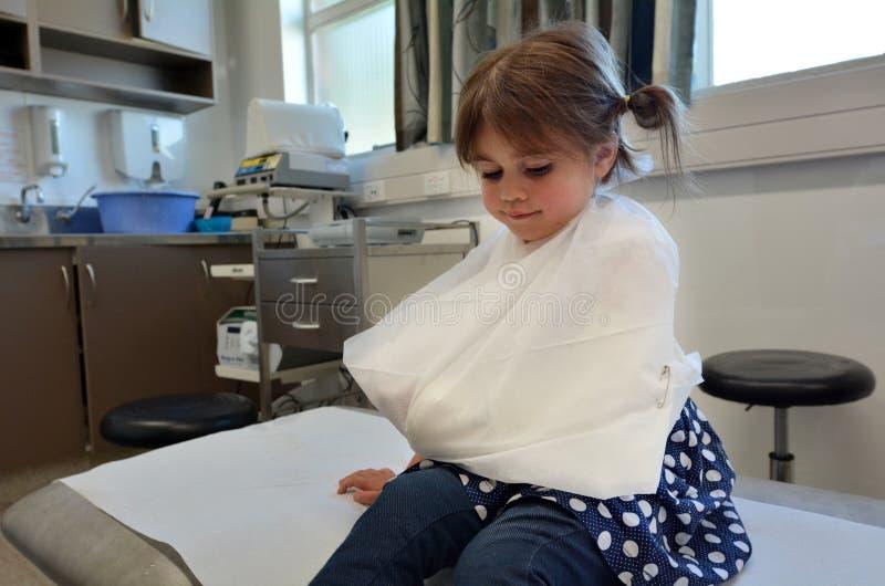 Fille avec un bras cassé photo stock
