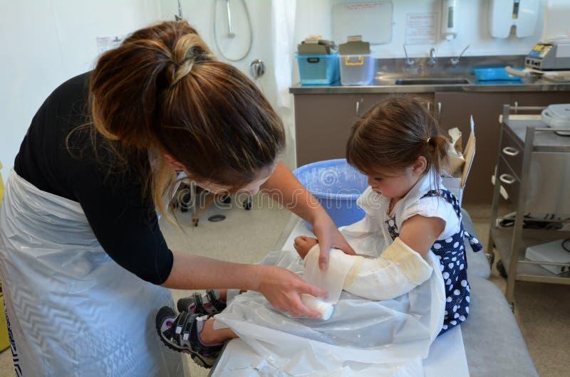 Fille avec un bras cassé photographie stock