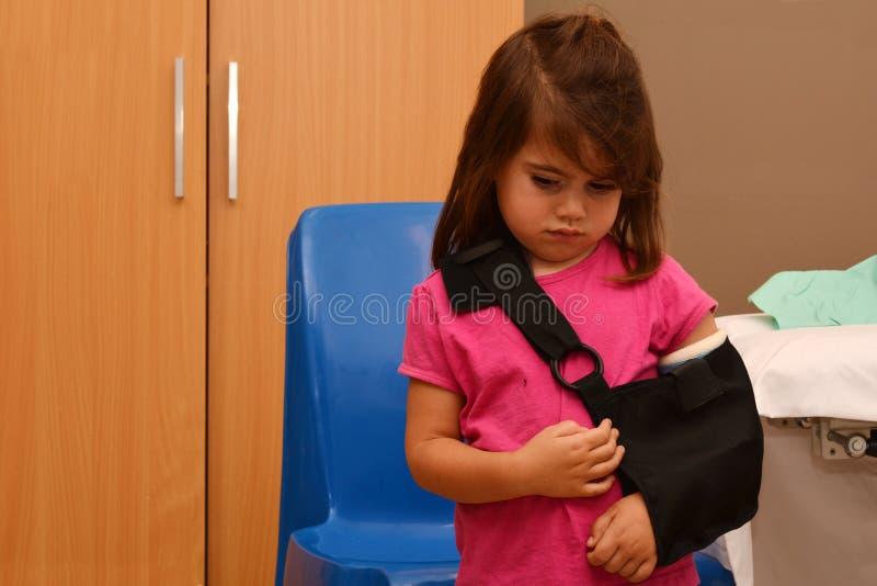 Fille avec un bras cassé image libre de droits