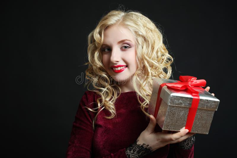 Fille avec un cadeau image stock
