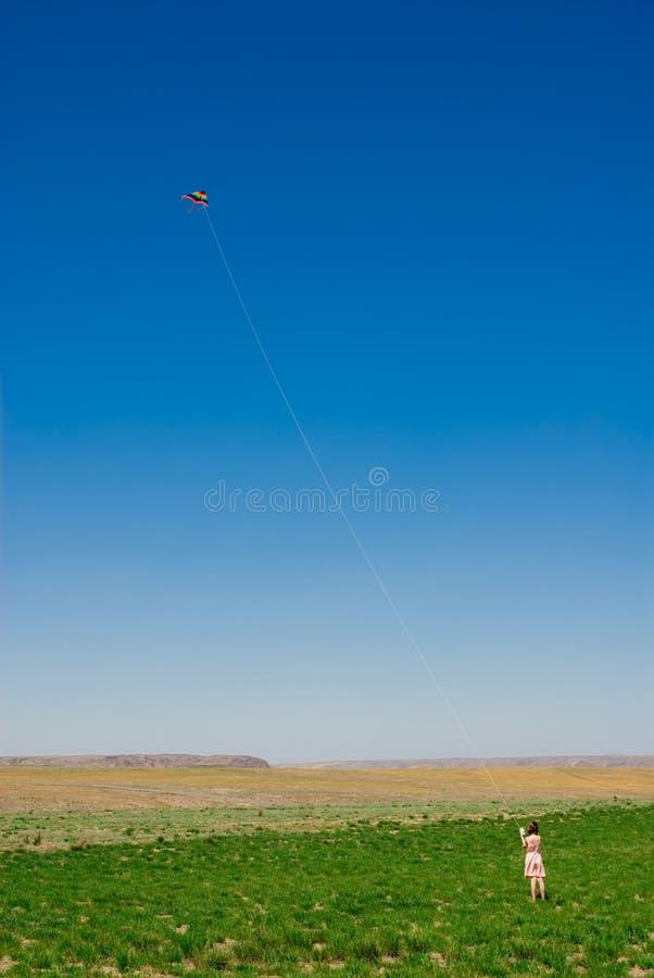 Fille avec un cerf-volant photographie stock libre de droits