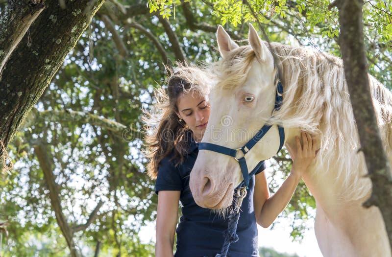 Fille avec un cheval photo stock