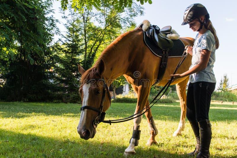 Fille avec un cheval image stock