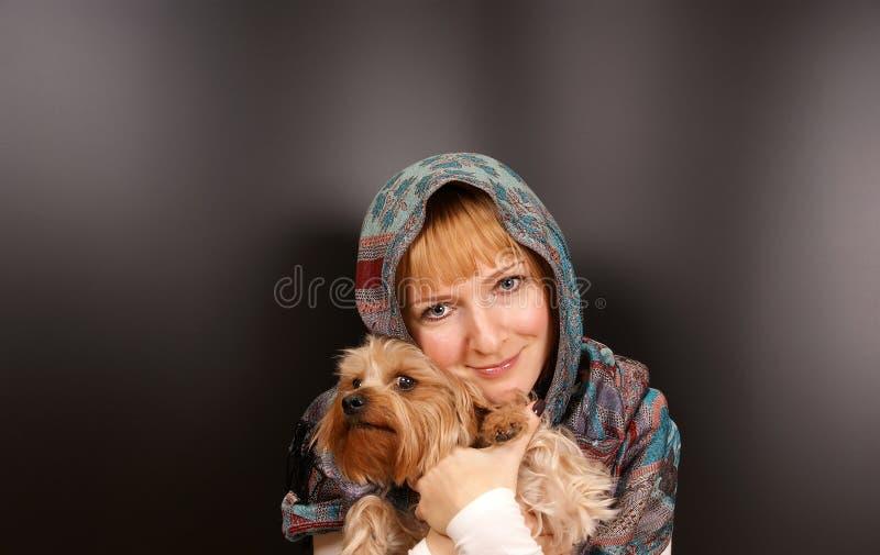 Fille avec un chien terrier de Yorkshire images stock