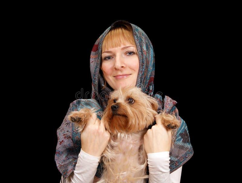 Fille avec un chien terrier de Yorkshire photo stock