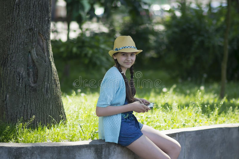 Fille avec un comprimé en parc de ville image libre de droits
