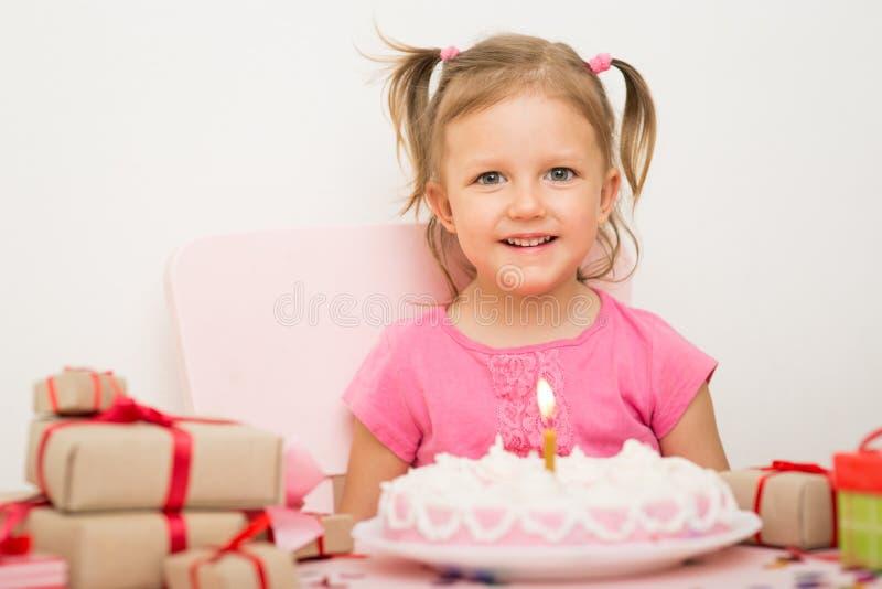 Fille avec un gâteau d'anniversaire photo libre de droits