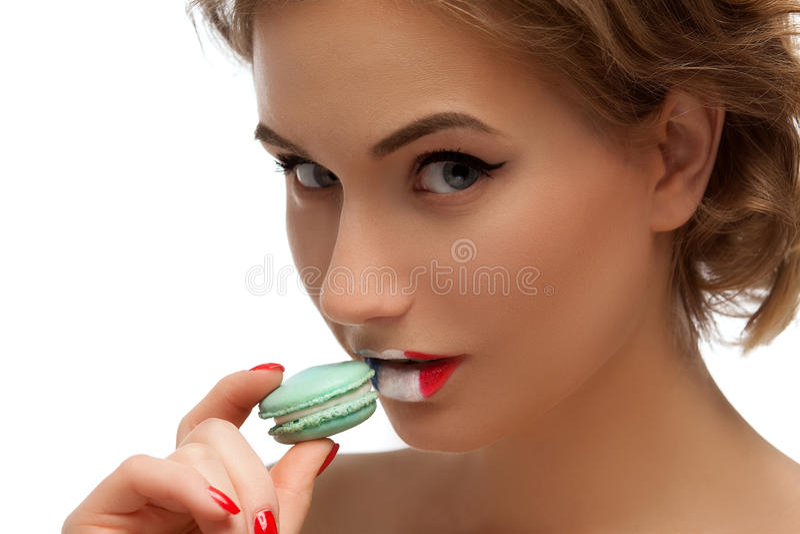 Fille avec un macaron et drapeau français sur les lèvres photographie stock