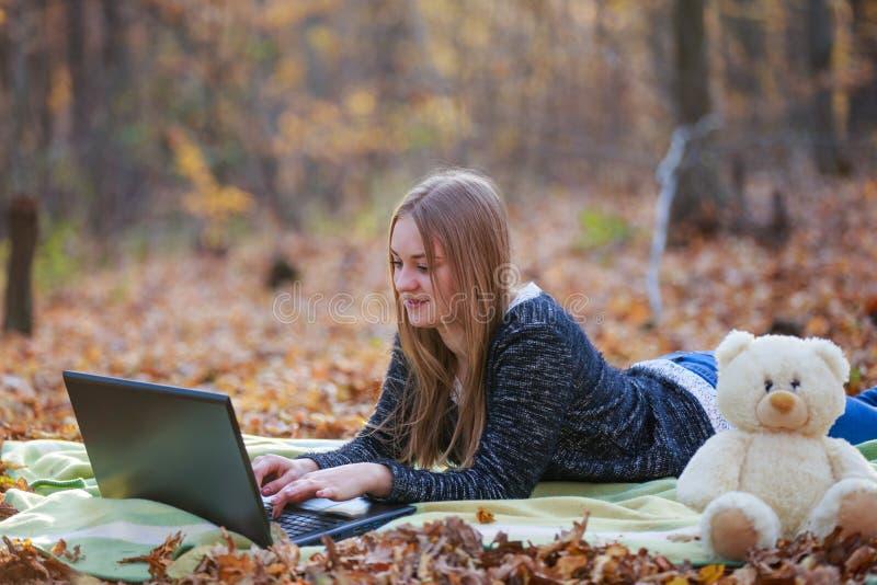 Fille avec un ordinateur portatif photo libre de droits
