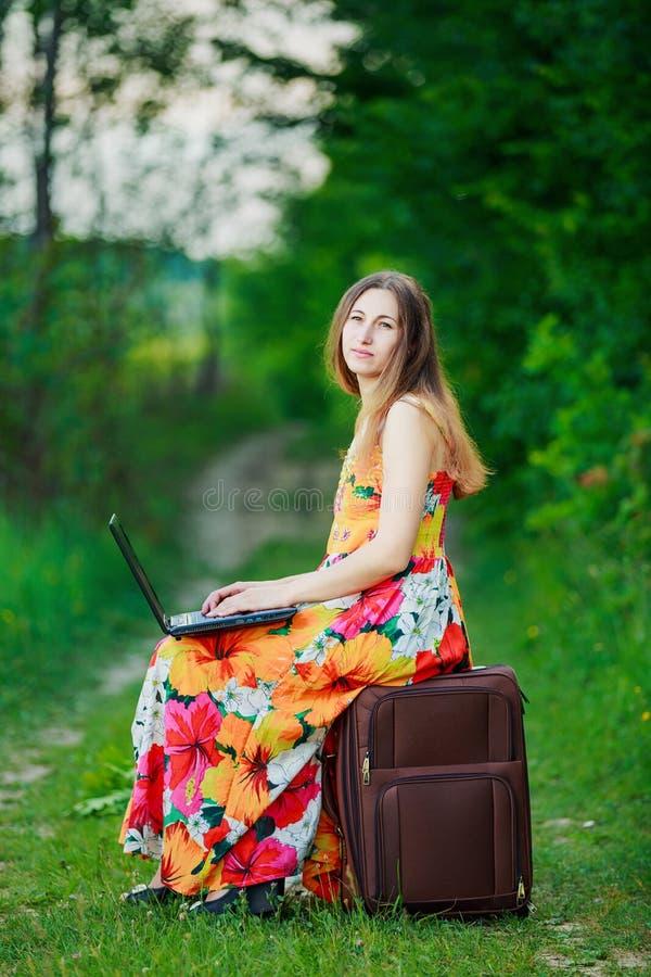 Fille avec un ordinateur portatif photo stock