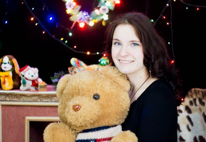 Fille avec un ours de jouet dans des ses mains photographie stock libre de droits