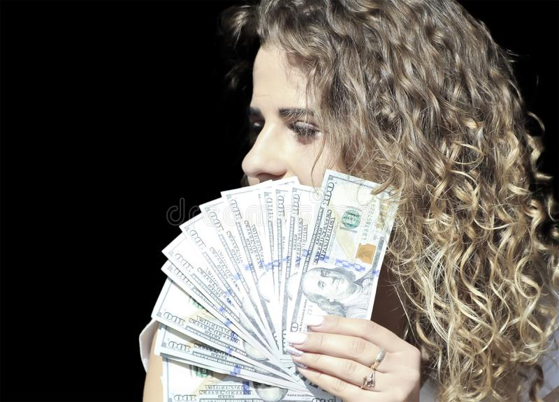 fille avec un paquet d'argent près photos stock
