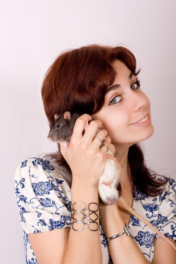 Fille avec un rat dans une main photo stock