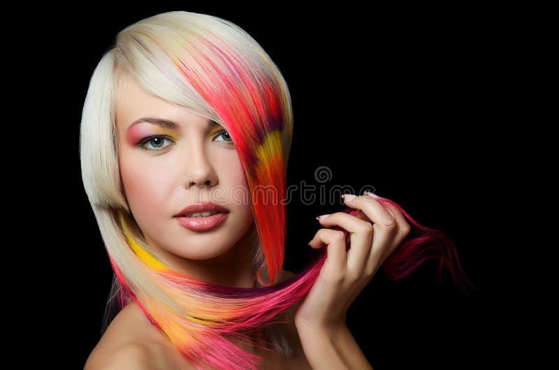 Fille avec un renivellement lumineux et mèche multicolore dans le cheveu images stock