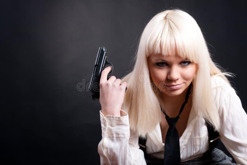 Fille avec un revolver images stock