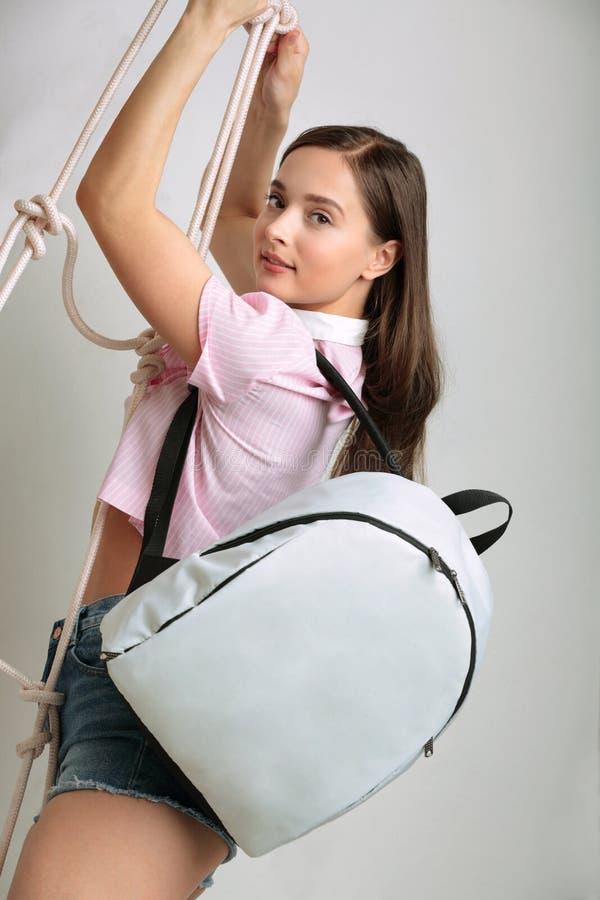 Fille avec un sac à dos images libres de droits