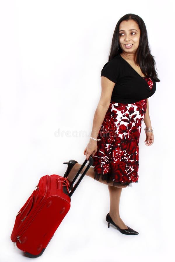 Fille avec un sac rouge de course photo stock