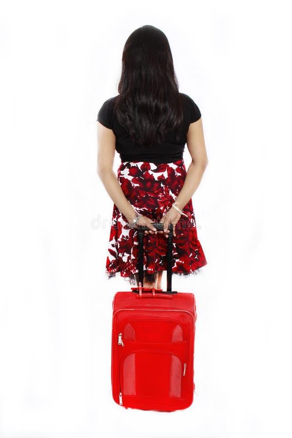 Fille avec un sac rouge de course image stock