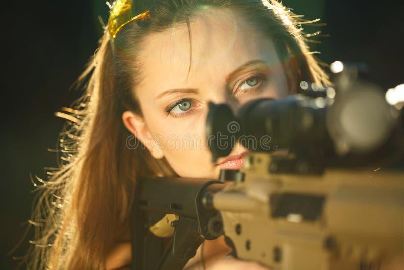 Fille avec une arme à feu pour le tir de piège visant une cible photos libres de droits