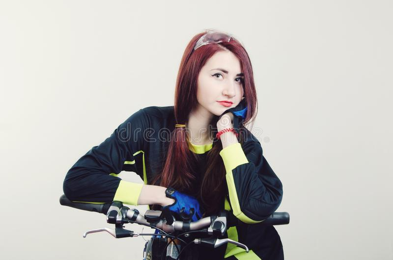Fille avec une bicyclette photo stock