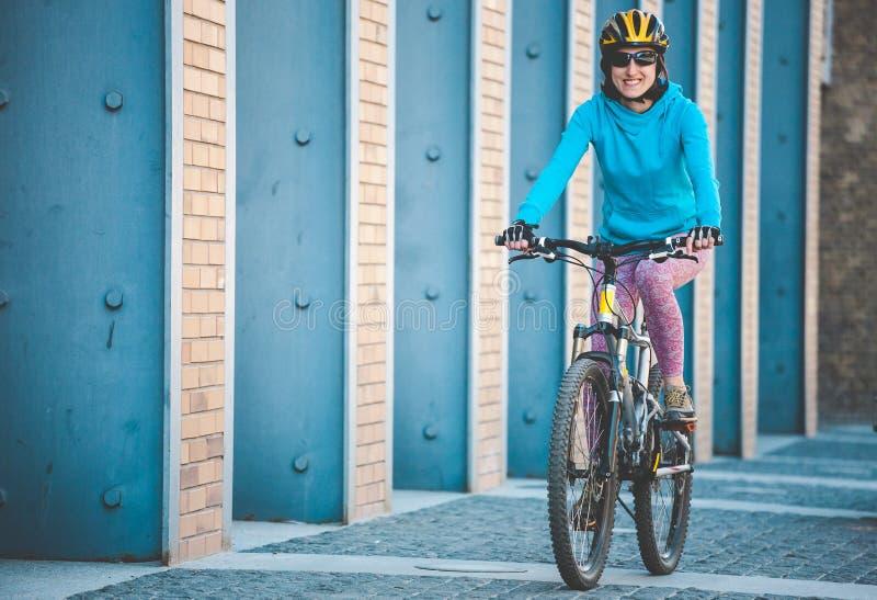 Fille avec une bicyclette image libre de droits