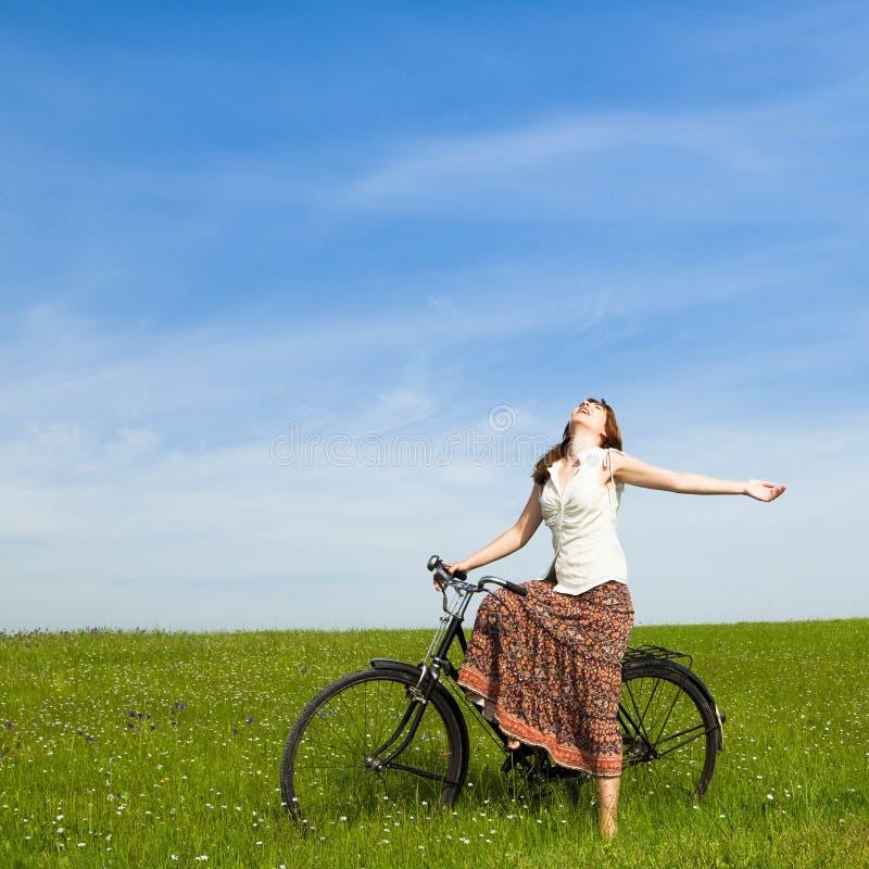 Fille avec une bicyclette photo stock