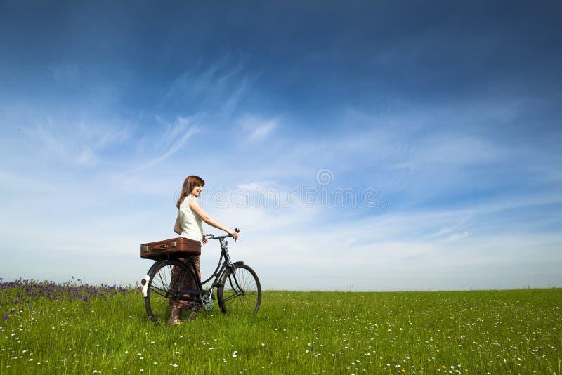 Fille avec une bicyclette photo libre de droits