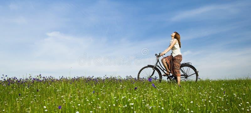 Fille avec une bicyclette images stock