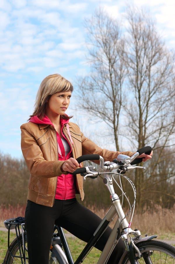 Download Fille avec une bicyclette image stock. Image du cruise - 8670997