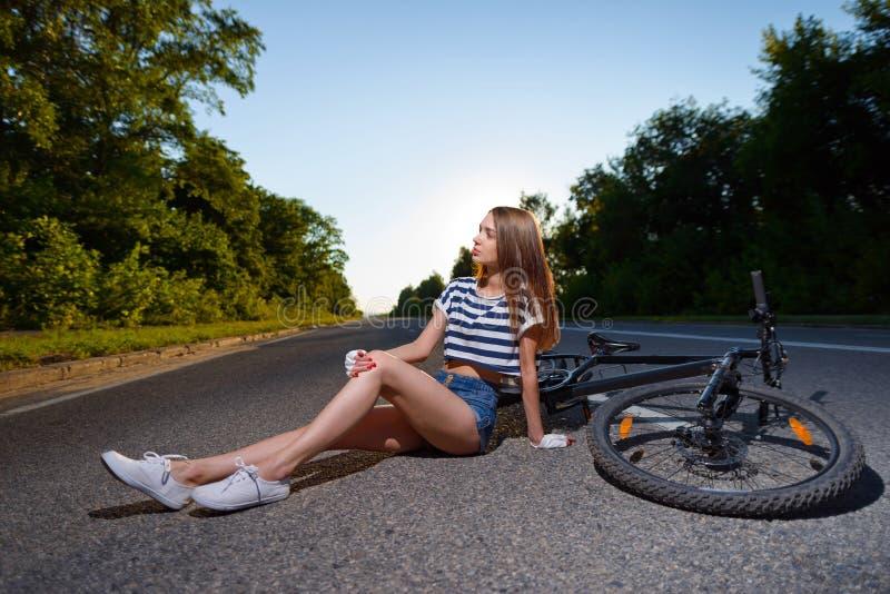 Download Fille Avec Une Bicyclette Au Coucher Du Soleil Photo stock - Image du extérieur, nature: 77163020