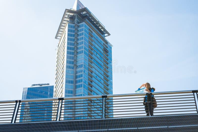 Fille avec une carte dans la ville photo libre de droits