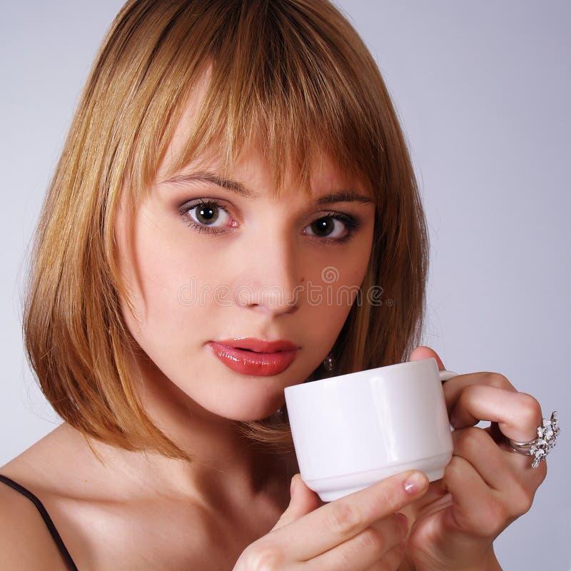 fille avec une cuvette de thé ou de coffe images stock