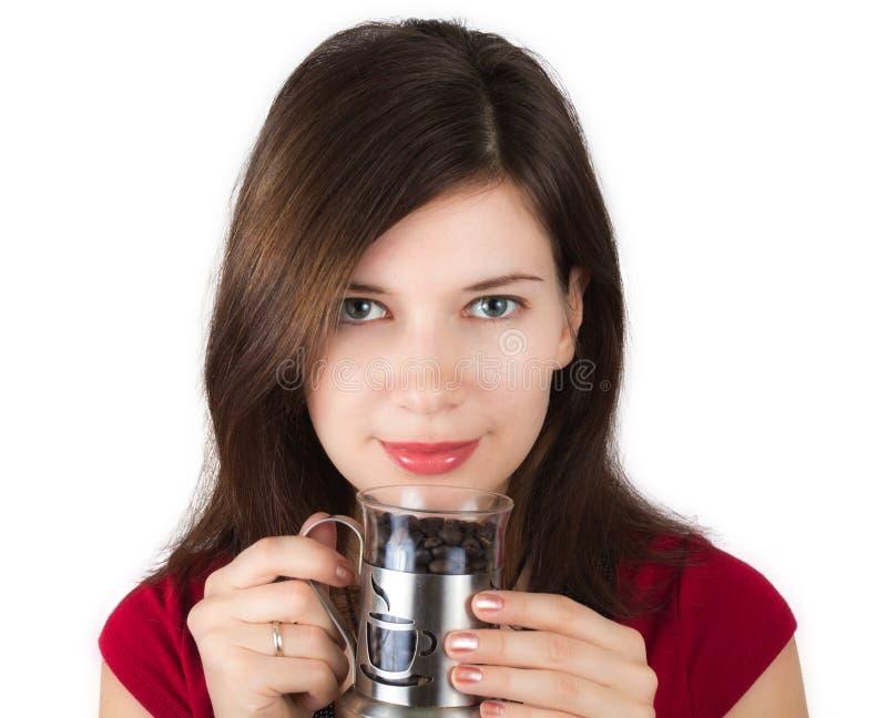 Fille avec une cuvette pleine des grains de café photos stock