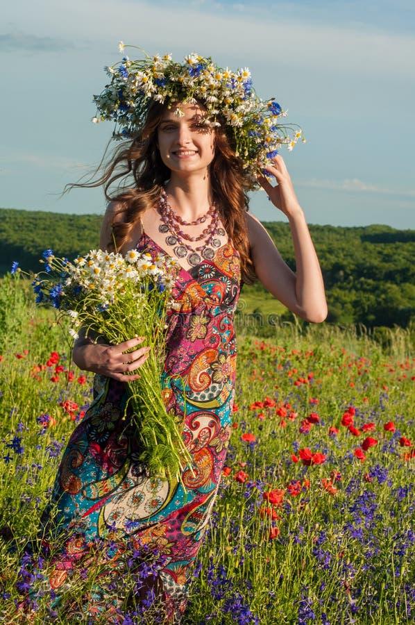 Fille avec une guirlande des fleurs Visage de belle fille ukrainienne photos libres de droits