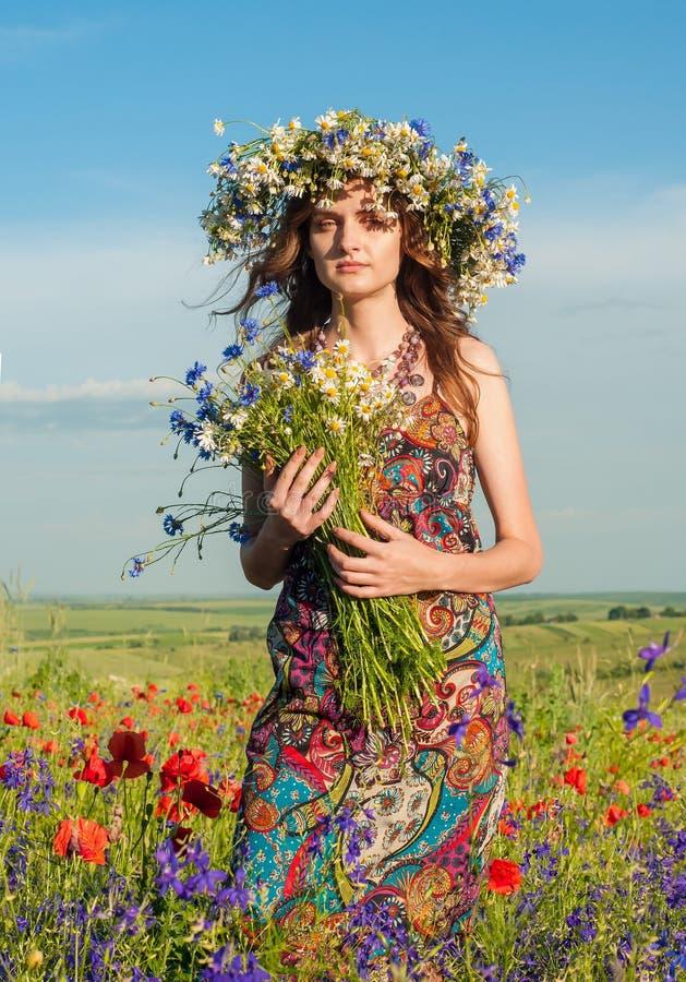 Fille avec une guirlande des fleurs Visage de belle fille ukrainienne photos stock