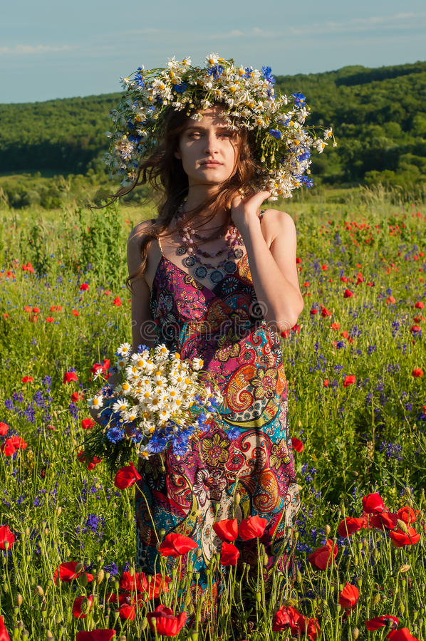 Fille avec une guirlande des fleurs Visage de belle fille ukrainienne photographie stock