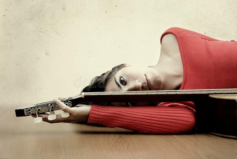 Fille avec une guitare images libres de droits