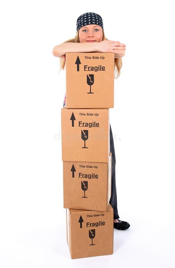 Fille avec une pile de boîtes en carton image stock