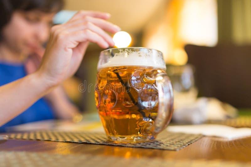 Fille avec une tasse de bière dans un restaurant photographie stock