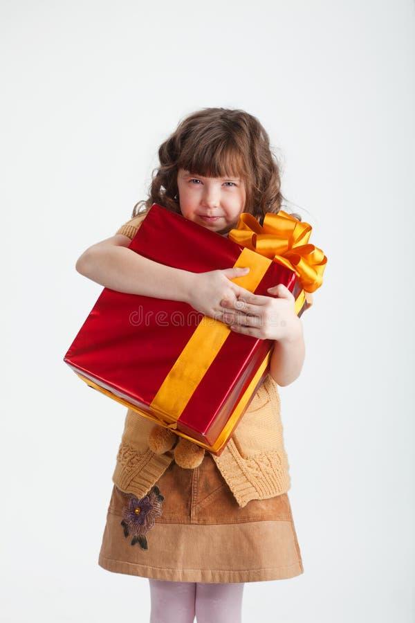 Fille avide avec un cadeau photo libre de droits