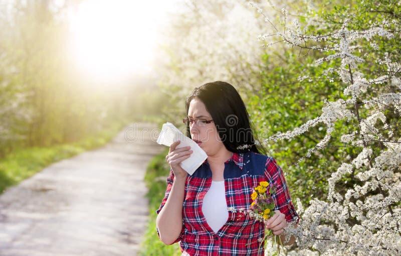 Fille ayant l'allergie et éternuant dans le tissu photo libre de droits